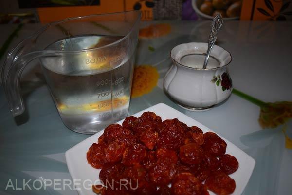 ягоды кизила, самогон, сахар