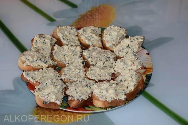готовые гренки с сыром и чесноком