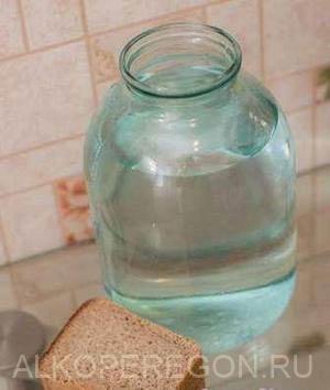 Безопасные способы очистки самогона хлебом